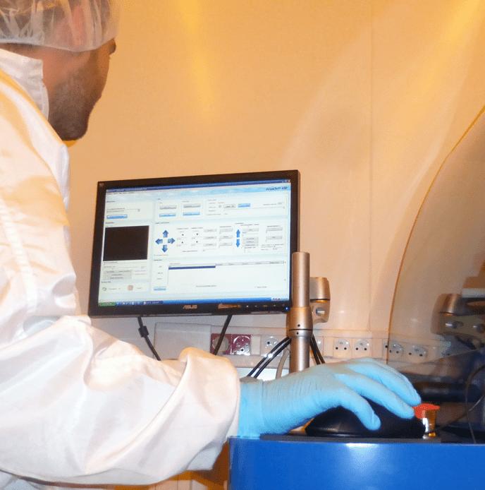 Homme utilisant DilaseSoft pour piloter le système de lithographie laser Dilase 650