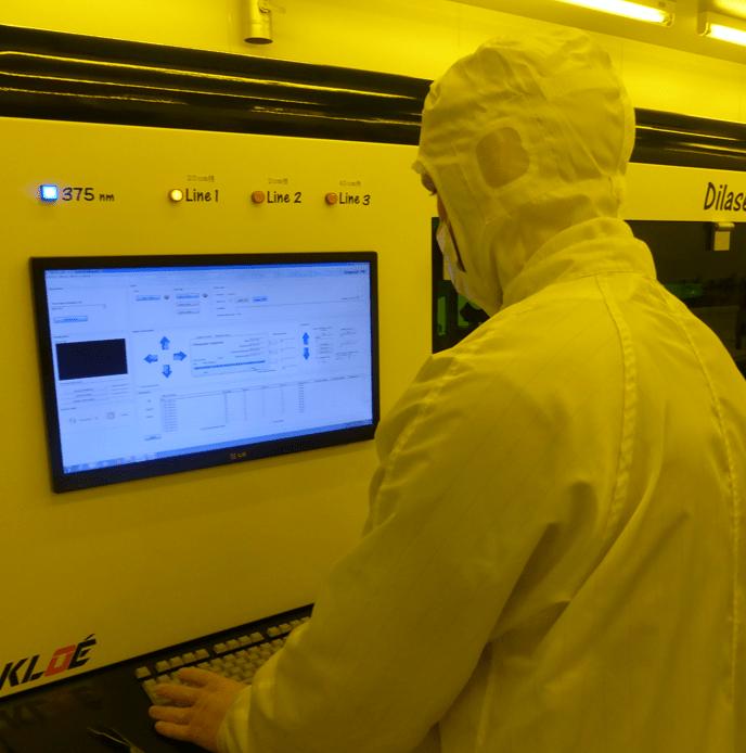 Homme utilisant DilaseSoft pour piloter le système de lithographie laser Dilase 750
